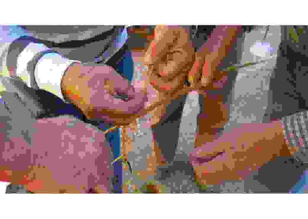 Plusieurs mains le long d'une cordelette