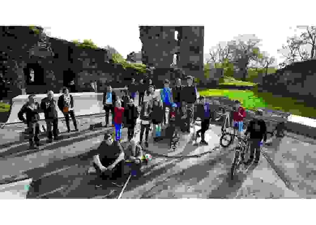 Le skate park devant les ruines du chateau médieval et son équipe de bâtisseurs