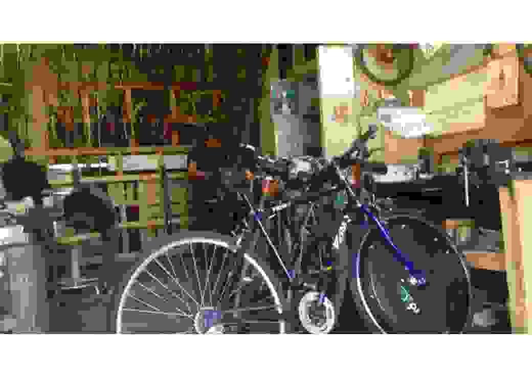 Atelier de réparation de vélo avec vélo en premier plan