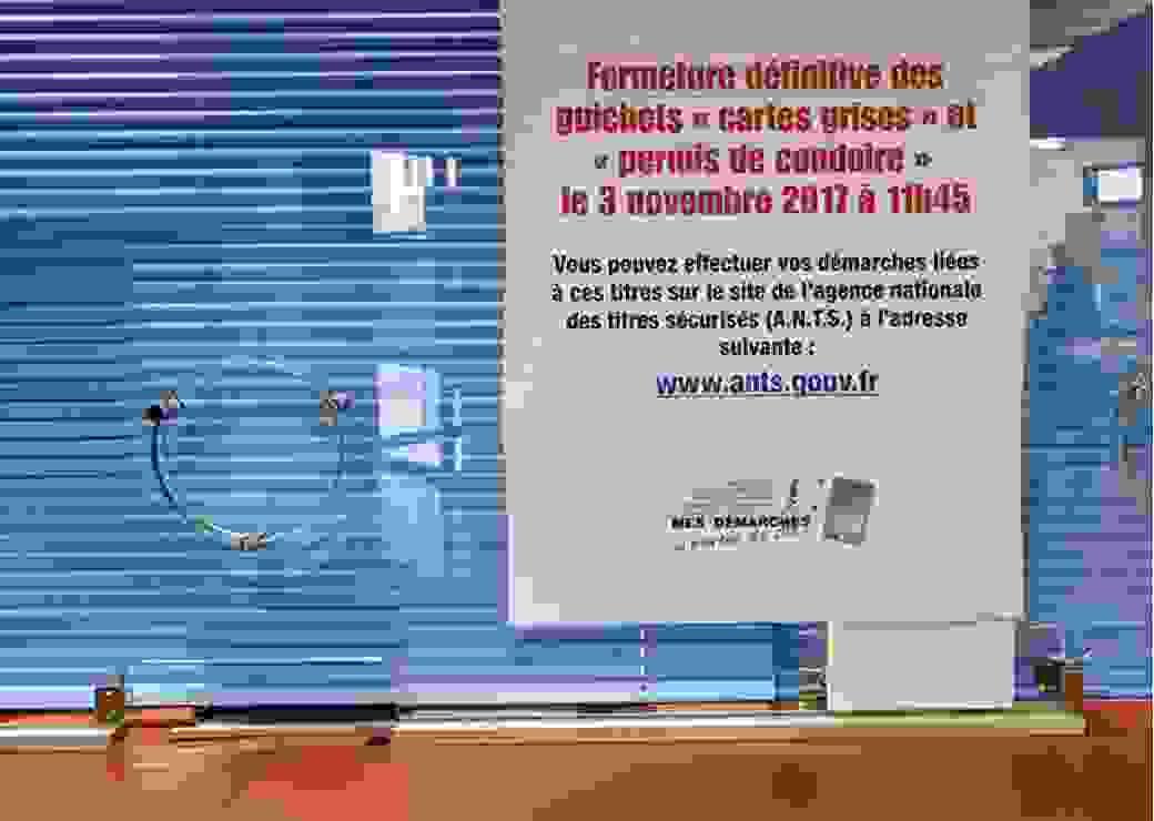 uichet et affiches annoncant la fermeture des guichets de delivrance des Cartes Grises et Permis de Conduire en Prefectures en Correze en accord avec l'arret National