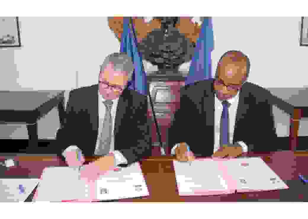 Le préfet Patrice Faure et le directeur de la caisse d'allocations familiales de Guyane ont signé la convention de recentralisation du RSA en Guyane