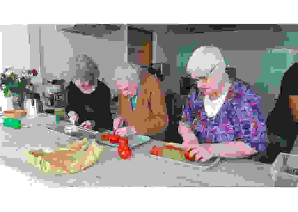Dans l'EPHAD, participation par les épluchures à la préparation du repas