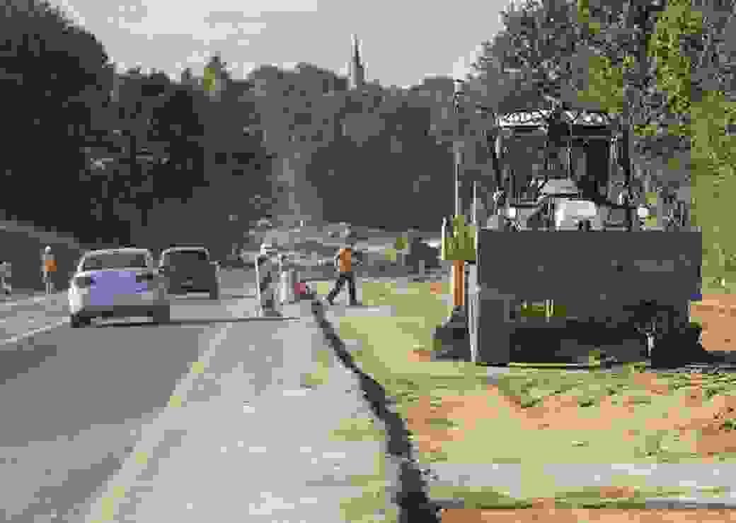 Chantier d'elargissement de la chaussee pour augmenter la capacite routiere de l'axe Flers - Argentan. Diminution des surfaces agricoles cultivables. Construction, infrastructures, transport routier