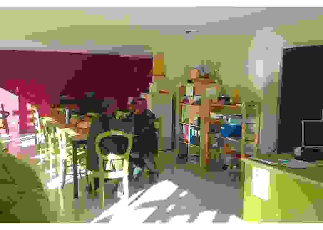 Salle colorée acceuillant des grands errants, sans abri