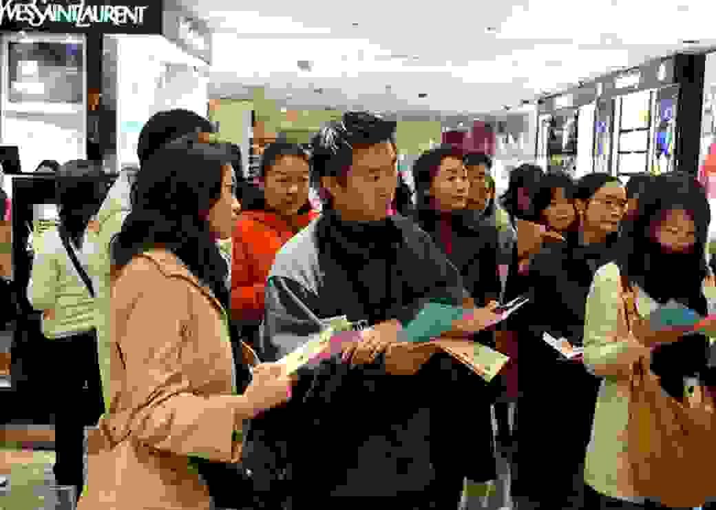 touristes japonais shopping paris