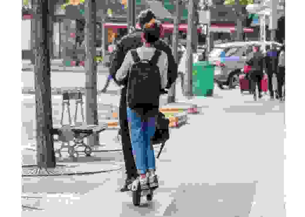 trottinette électrique sur trottoir