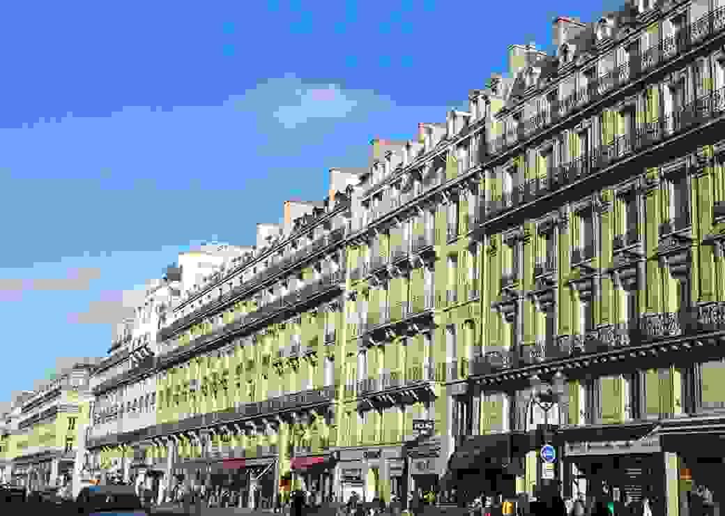 Rue d'immeubles haussmaniens Paris