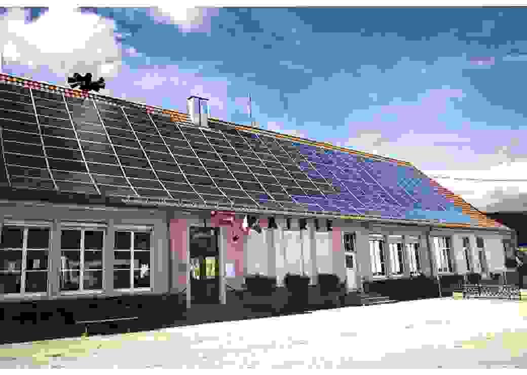 Panneaux photovoltaique sur le toit de la mairie école à URBES, HAUT RHIN