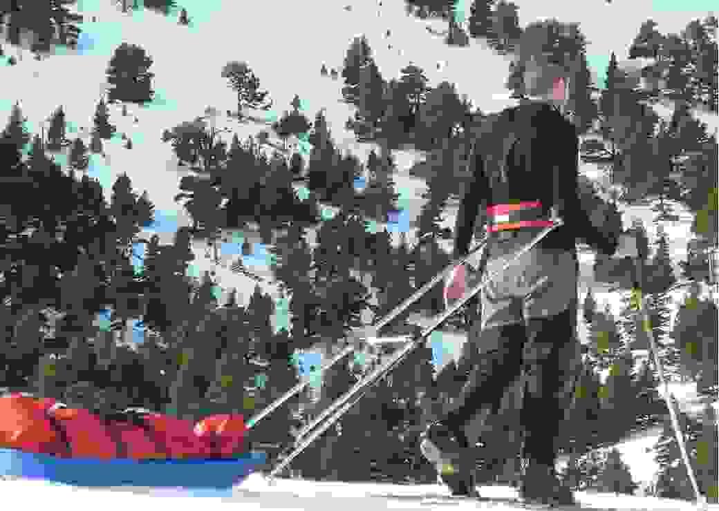 Skieur de randonnée nordique tractant une pulka en plastique dans le massif du Vercors (France)