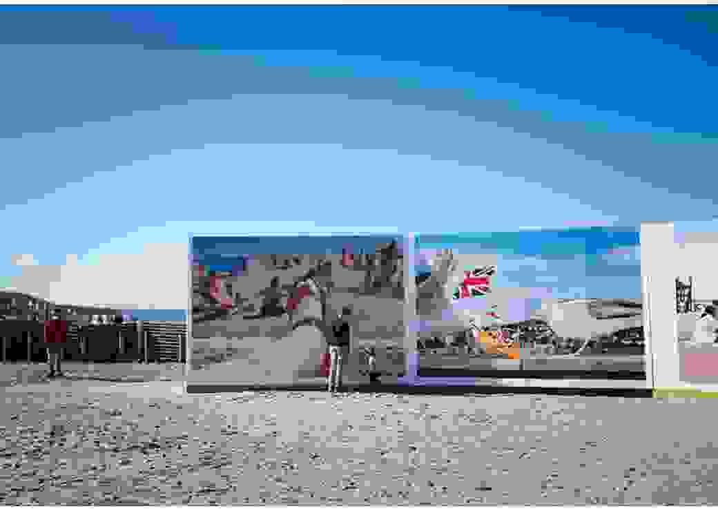 Deux photos immenses sont exposées sur la plage de Deauville