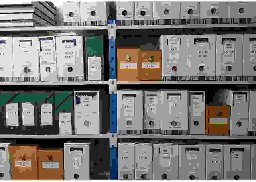 Plan rapproché et de face de rayonnages remplis de boîtes à archives