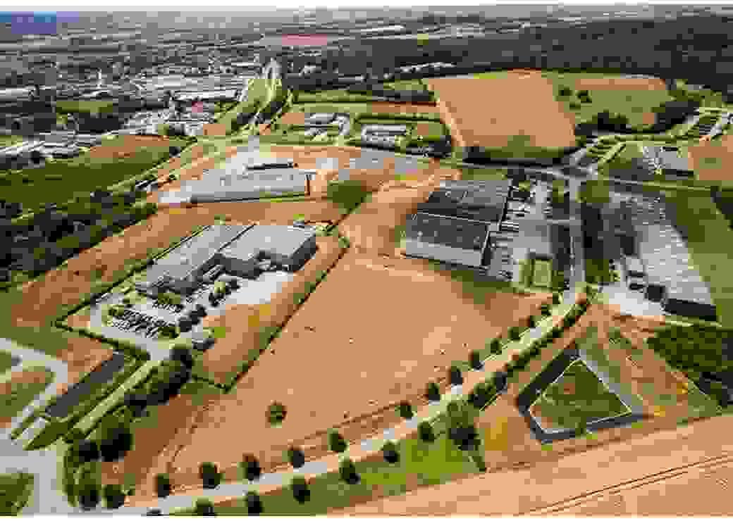Vue aérienne de bâtiments industriels entourés de champs