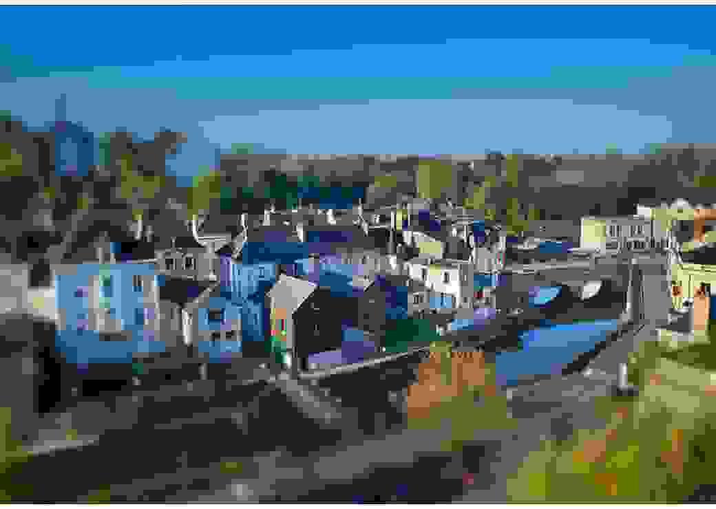 Vu aérienne d'un petit village traversé par un cours d'eau