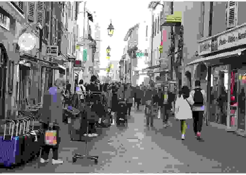 Photo d'une rue commerçante de la vieille ville