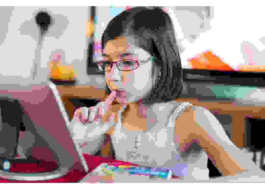 Enfant tablette école