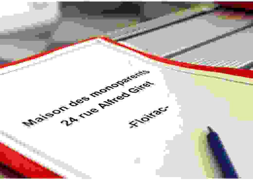 """Gros plan sur un dossier sur lequel est écrit """"maison des monoparents - Floirac"""""""