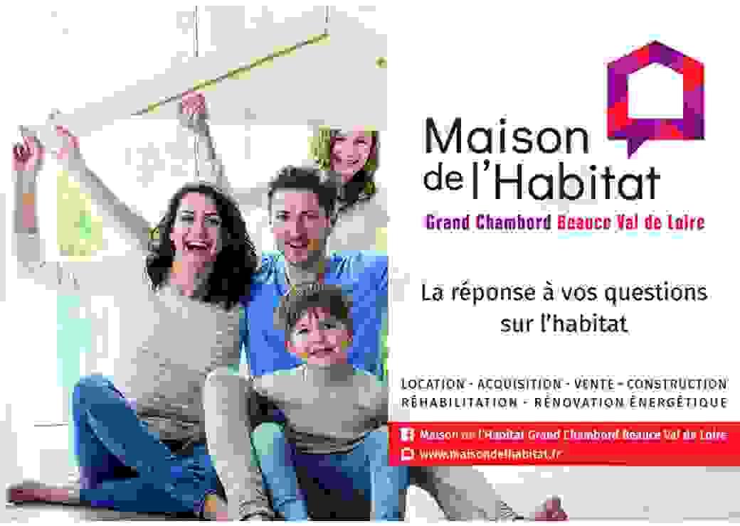 """Affiche rectangulaire montrant deux adultes et deux enfants tenant au dessus de leurs têtes une mini charpente de toit. Le texte sur le côté dit """"maison de l'habitat Grand Chambord Beauce Val de Loire"""