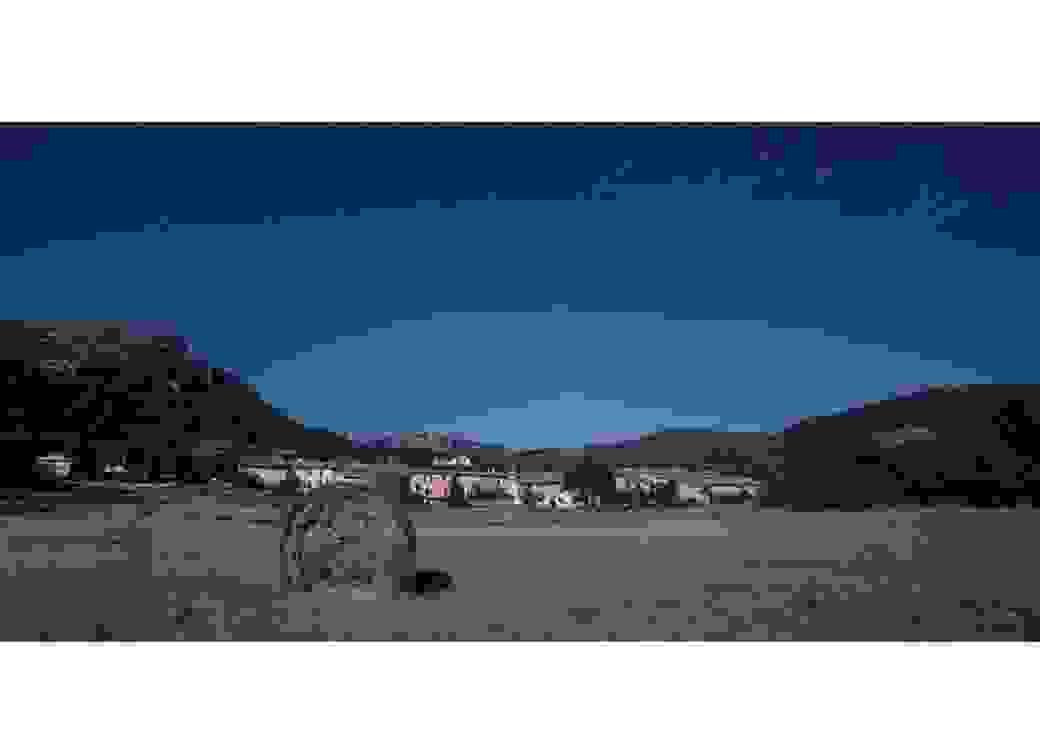 Photo panoramique nocturne d'un paysage sous un ciel étoilé