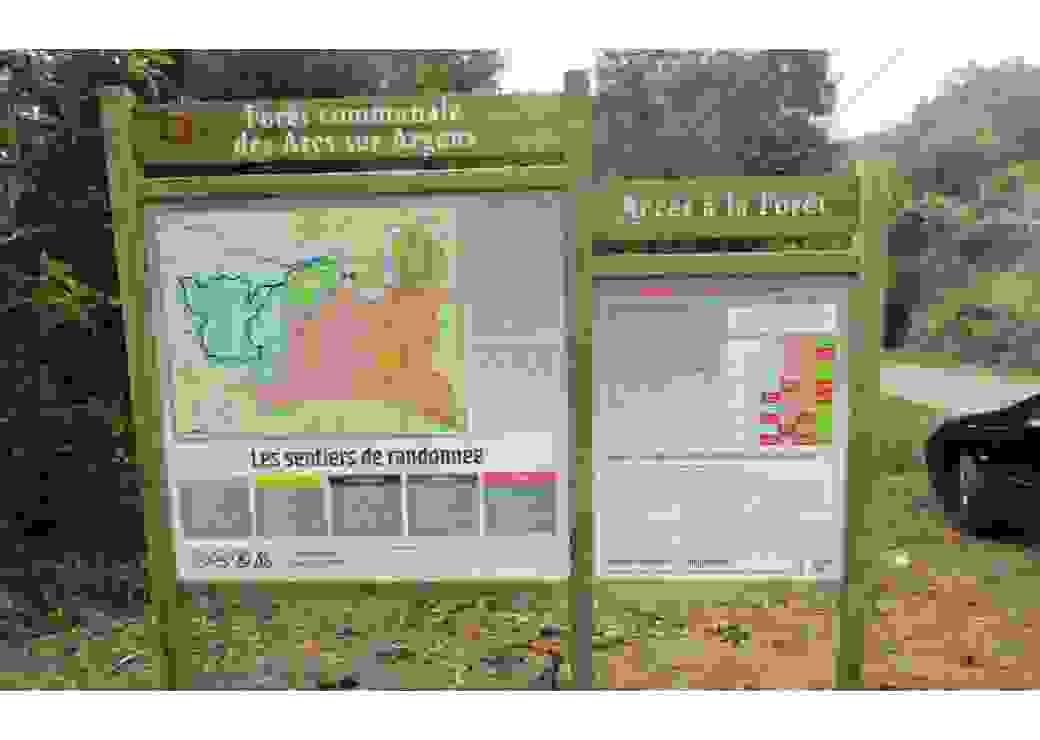 Panneau d'information implanté à une entrée du domaine forestier municipal